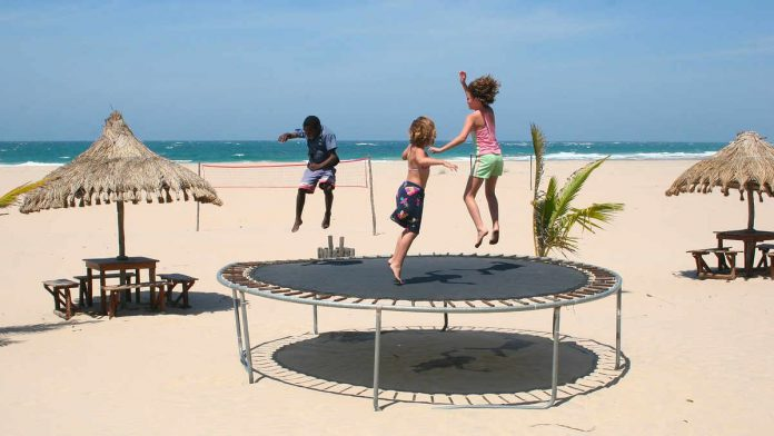 Mozambik - dzieci trampoliny